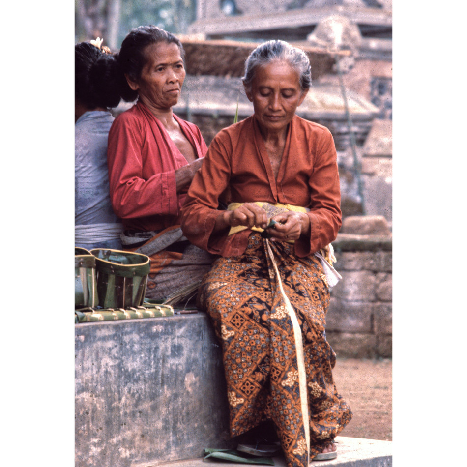 Offering specialist working in templejpg
