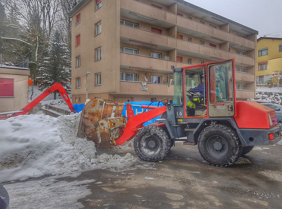 Alles aus einer Hand. Schnee wird mittels Radlader direkt von Ihrem Vorplatz in unsere Container verladen und abgeführt.