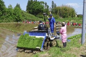 最新田植え機による機械作業体験と試乗