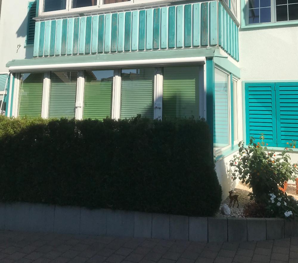 Die Innen(beschattung) schützt sehr wohl vor neugierigen Blicken, jedoch ist es kein Sonnenschutz...