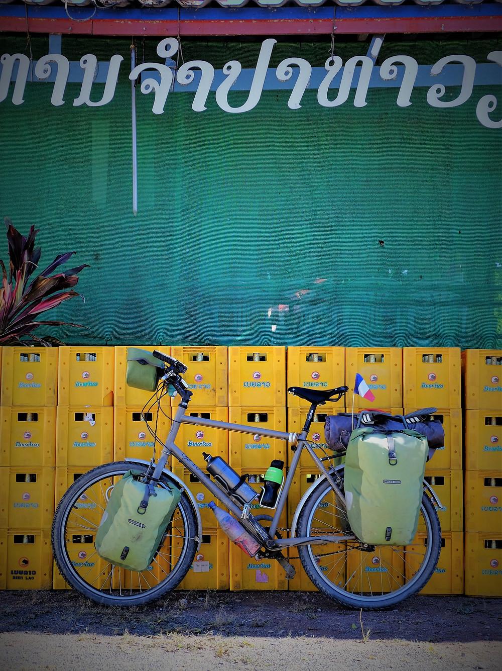 Pendant que je me repose, mon vélo écume l'incontournable bière Lao.