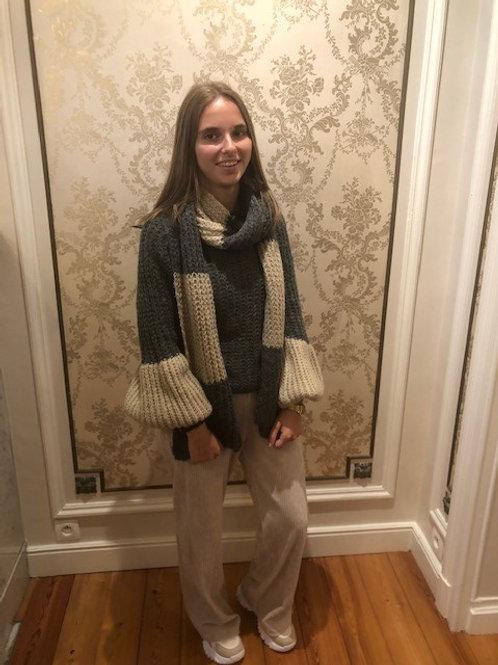 Pull met speciale mouwen en sjaal grijs