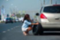 אישה משוחחת בפלאפון ומזמינה שירת דרך מBenGal