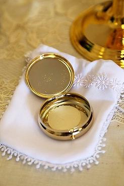 pyx-with-host.jpg  pixabay.com/photos/eucharist-host-communion-catholic-706654