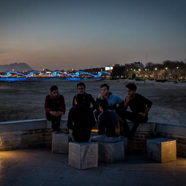 Ispahan - discussion au bord du fleuve