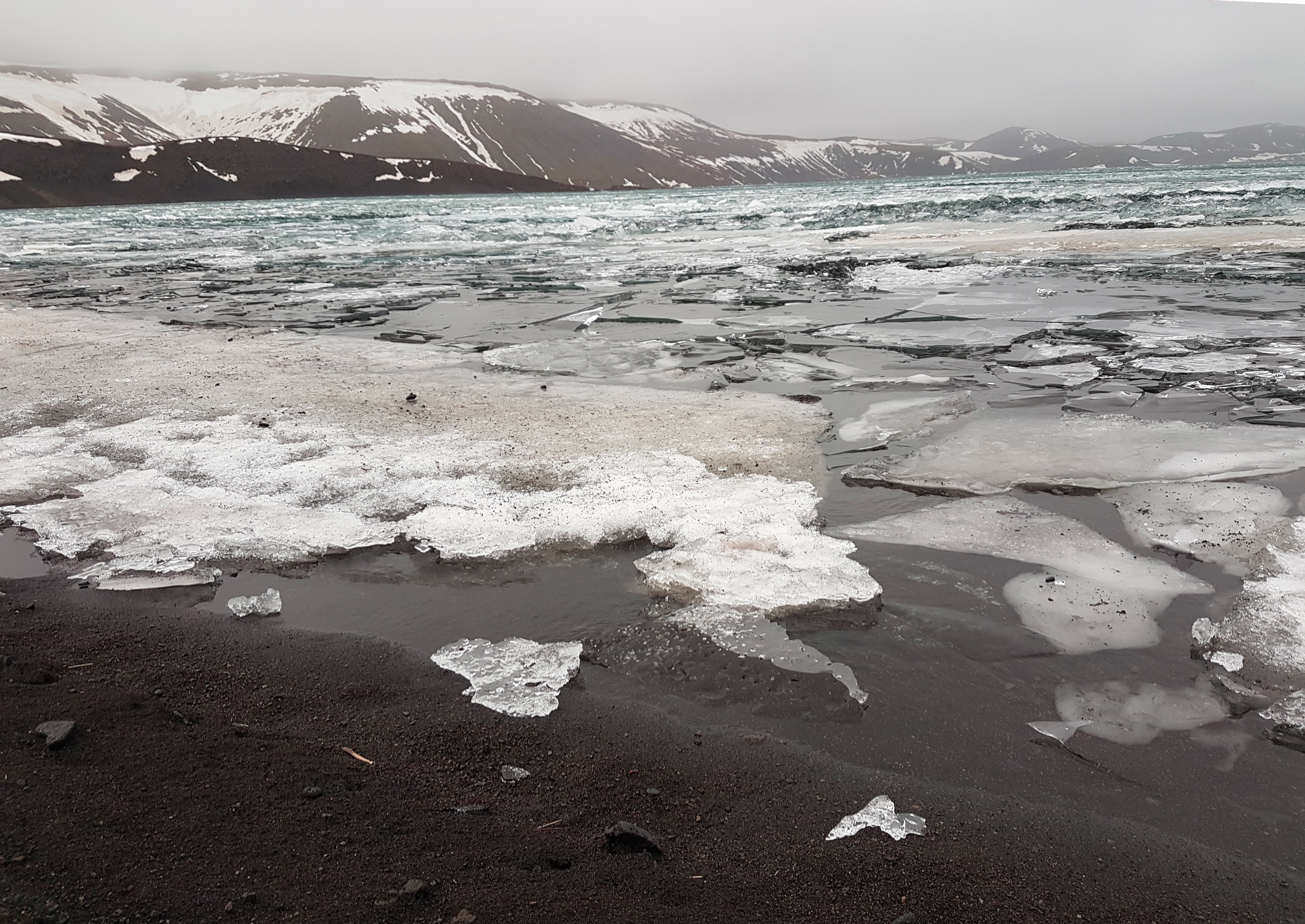 Islande_lac_gelé_sable_noir