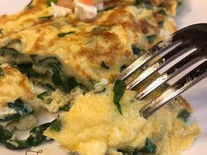 بيض اومليت بالبطاطس وخبز الشعير والشوفان