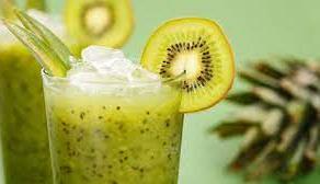 كوب عصير كيوي ( يضرب مع كوب ماء مثلج 3 كيوي 🥝 وملعقه كبيره عسل نحل )