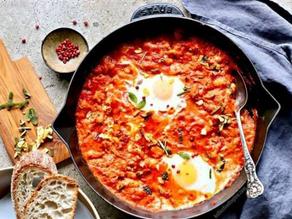 بيض بالصوص والفاصوليا البيضه والخبز