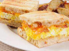 سندوتش بيض اوليت بالجبنه الجودا لايت والرومي المدخن