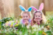 Niños felices con los huevos de Pascua