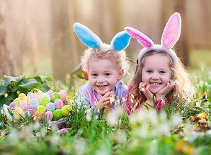 Счастливые дети с пасхальными яйцами
