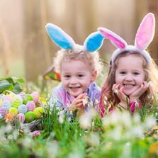 Glade Børn med påskeæg