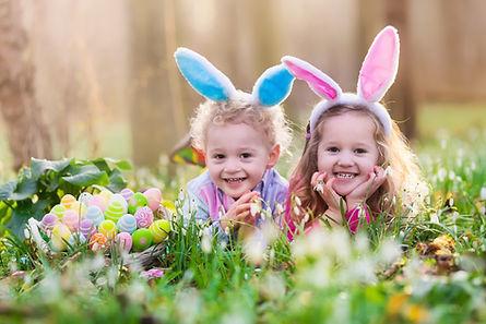 De gelukkige kinderen met Paaseieren