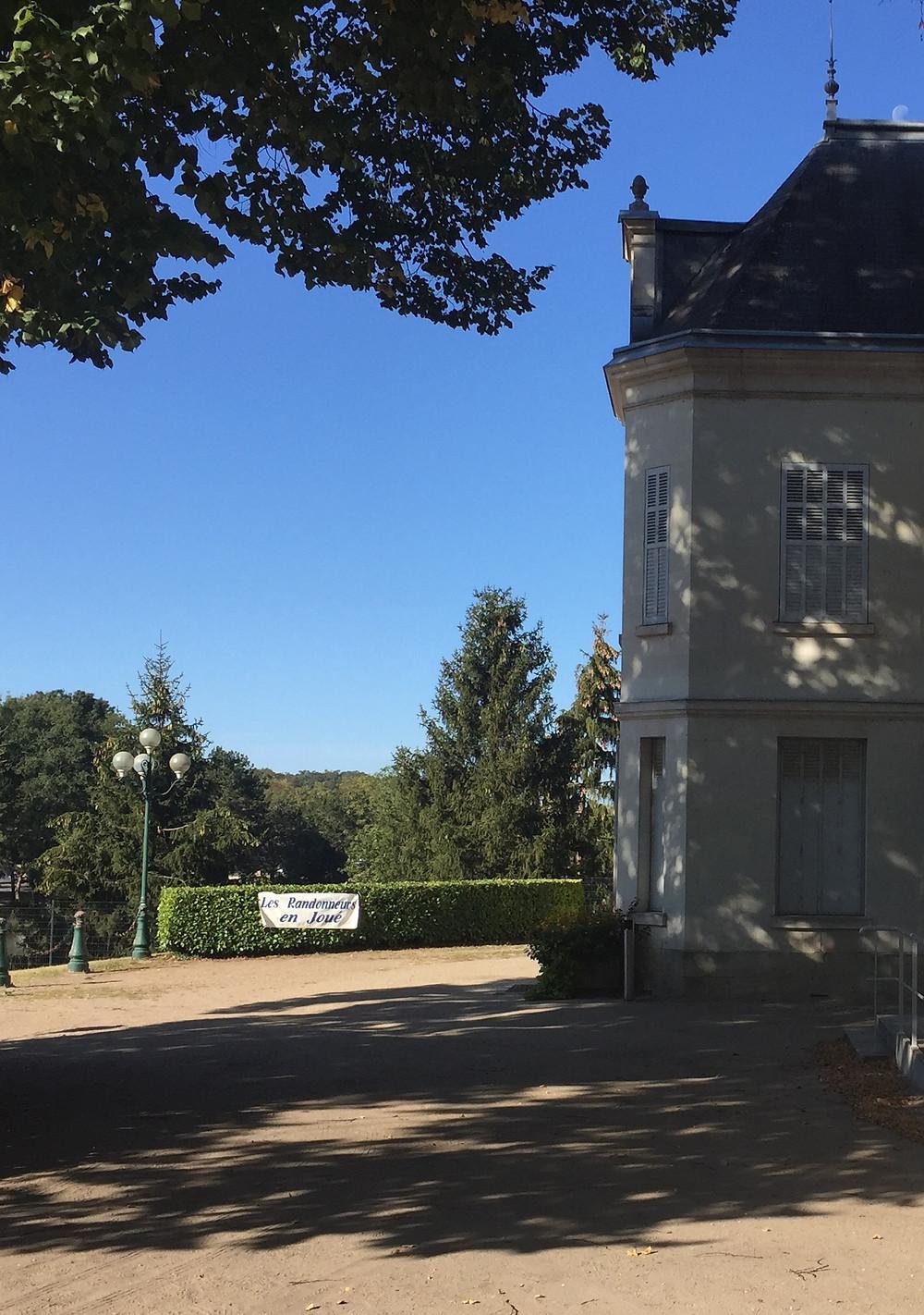 Le château des Bretonnières au petit matin avant l'arrivée des premiers marcheurs