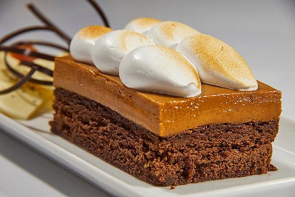 Brownie sin harina, mousse de dulce de leche y merengue