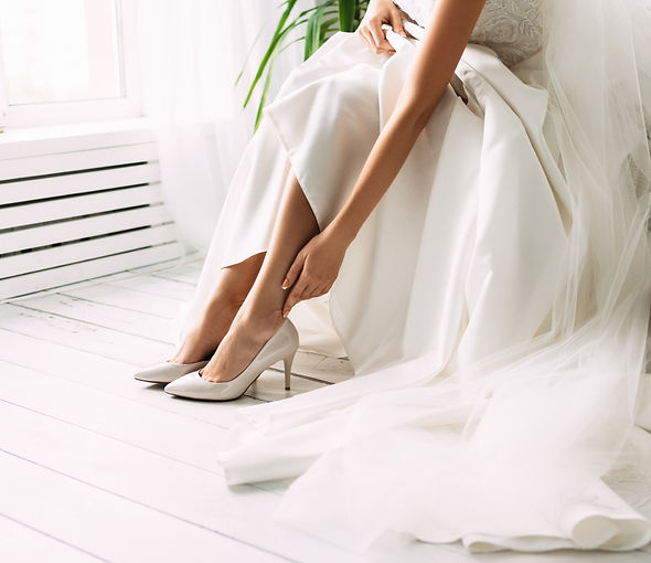 Bride%20dresses%20shoes%20before%20the%2