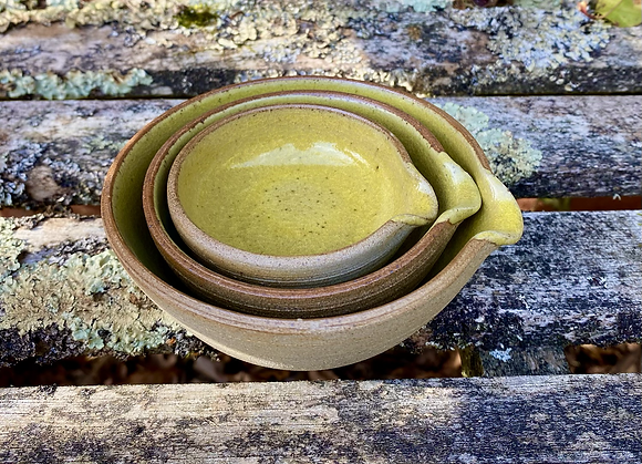Small set of pouring sauce bowls