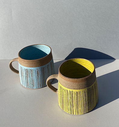 Stoneware mugs with scratch pattern