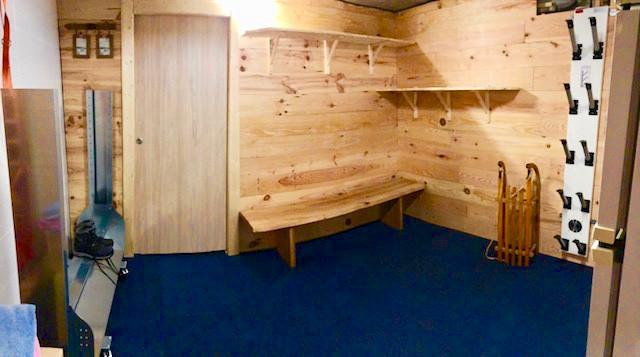 un ski room avec chauffe chaussures pour 10 paires