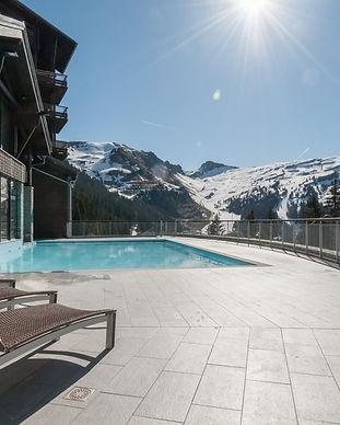 piscine-exterieure-residence-premium-les