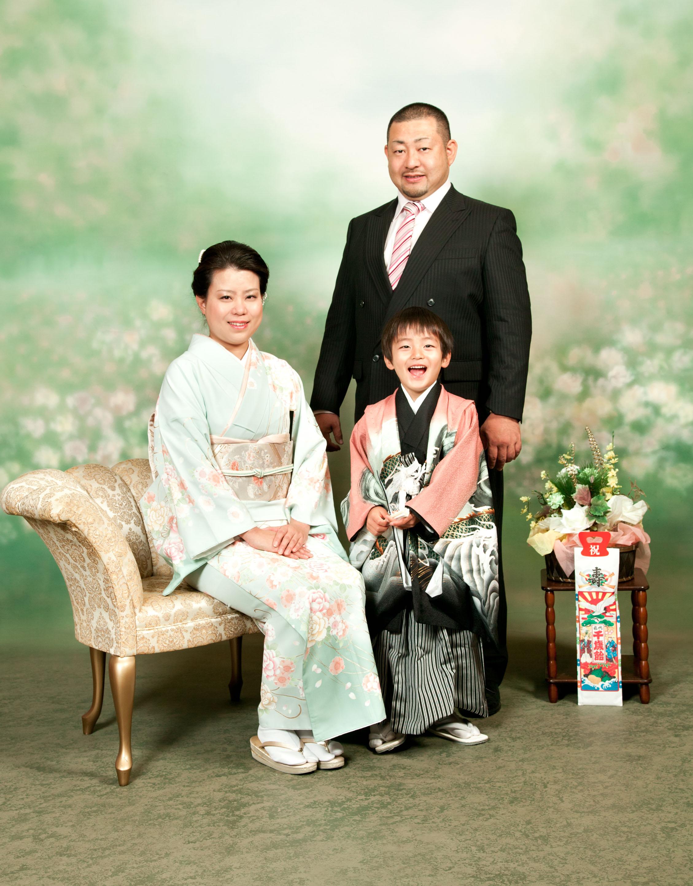 五歳家族-川口市前川神社写真館スタジオ内