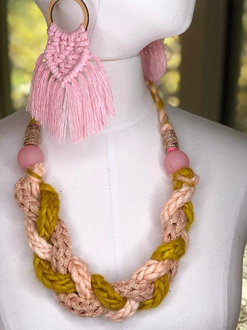 ¡ALEGRÍA! Yarn Necklace / Pink and gold