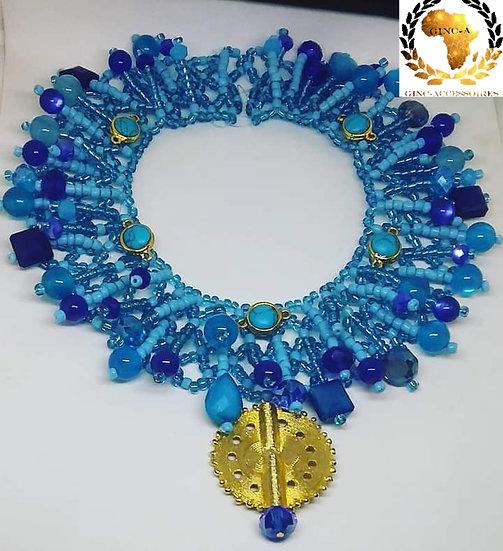 Collier bleu de mer surmonté d'un bijou Akan