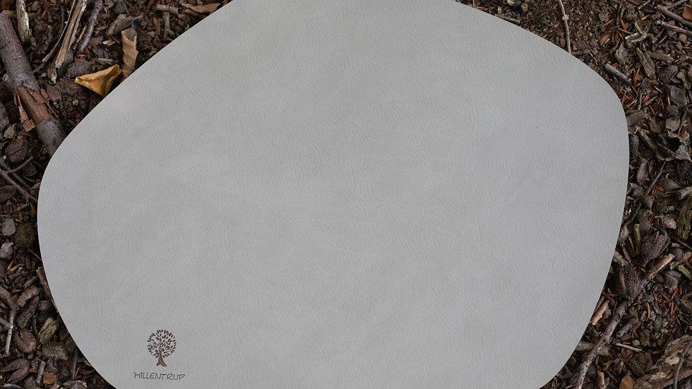 Tischset in einer organischen Form aus recyceltem Leder