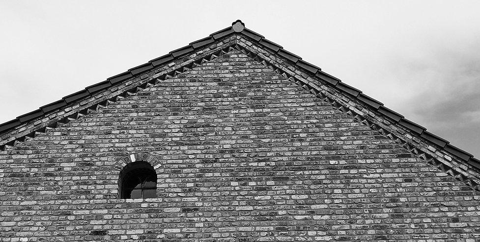 Giebel mit rundem Fenster.jpg