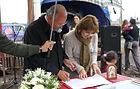 La presidente de Maná VT firmando un convenio con el fundador de la Red CONIN