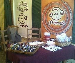 Una mesa con productos de catering producidos por Maná