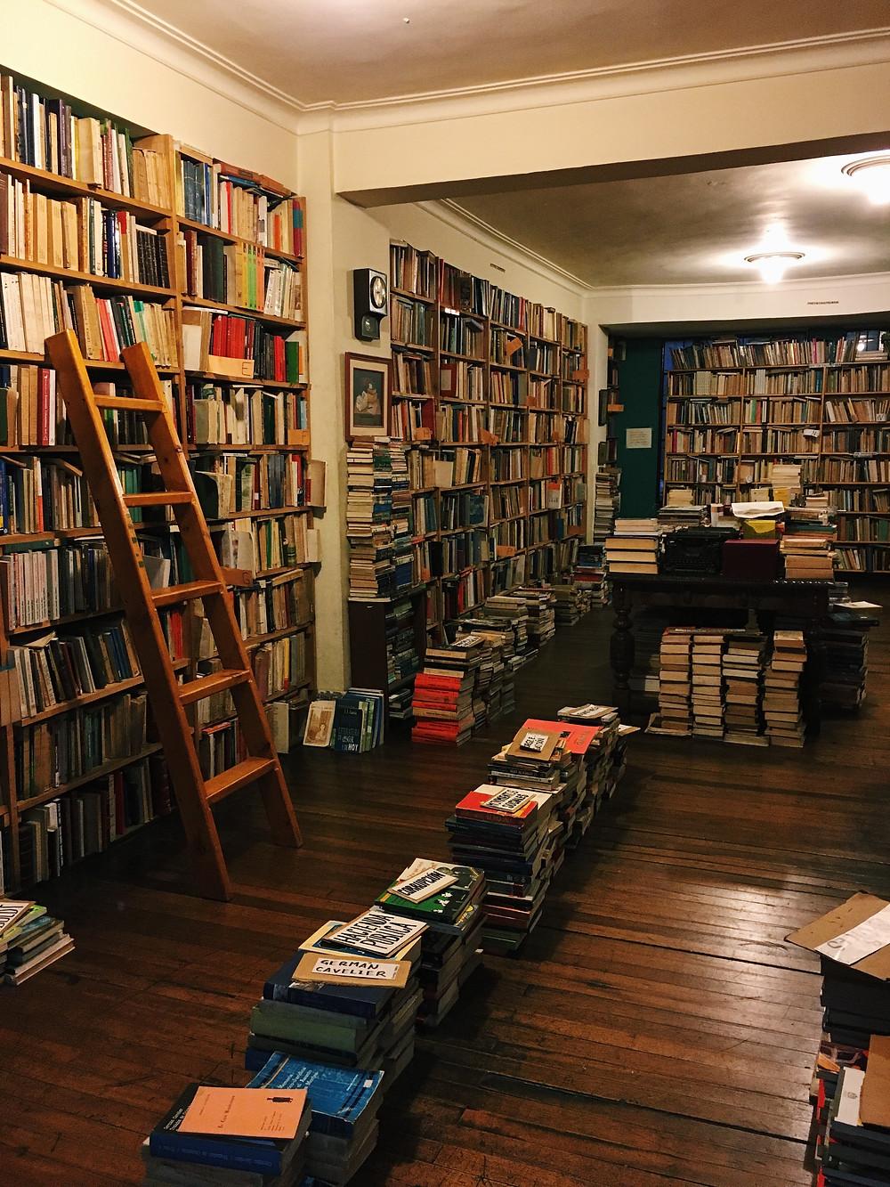 FOTO: Estanterías de la librería Merlín