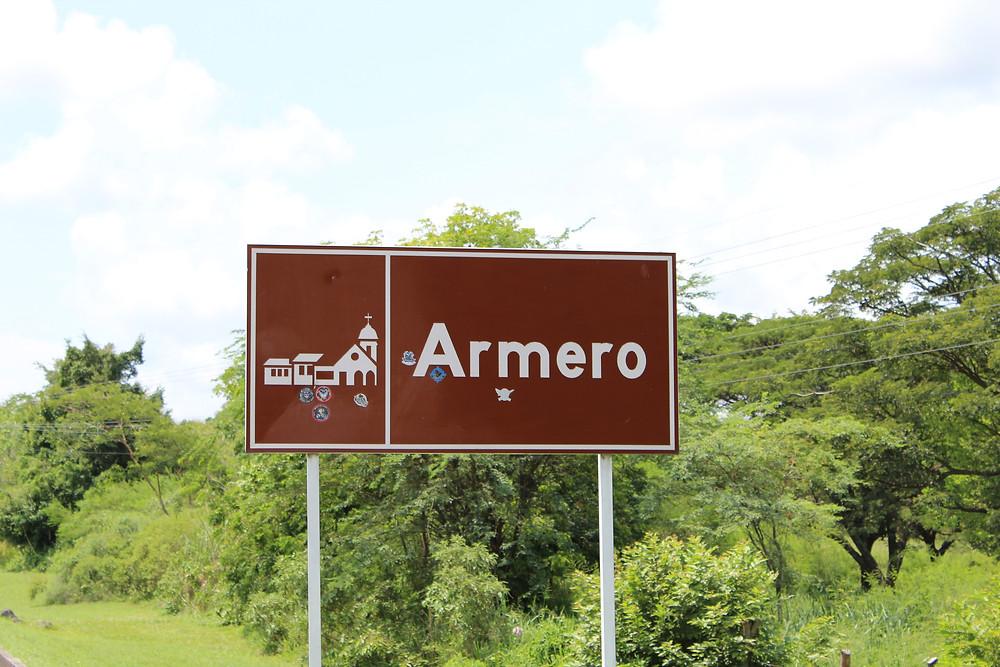 FOTO: Los letreros de la carretera anuncian la llegada a Armero