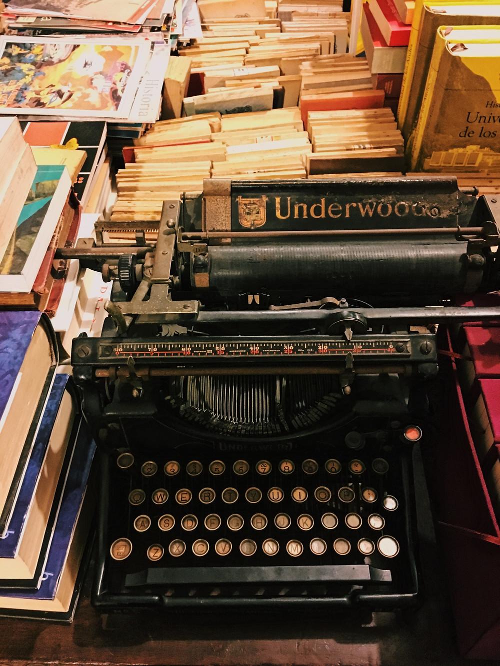 FOTO: Máquina de escribir en el segundo piso de la librería