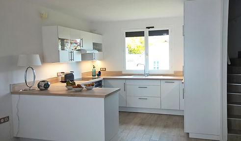 rénovation d'une maison individuelle par Mantine Mancel architcte d'intérieur ufdi : une cuisne blanche et bois pour plus de lumière