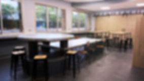 rénovaion d'une salle commune de la ratp par mantine Mancel, architecte d'intérieur ufdi : une table en zinc sur mesure pour plus de convivialité