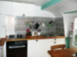 rénovation d'une cuisne par Mantine Mancel architcte d'intérieur ufdi : un style cottage appuyé par une crédence au style fleuri