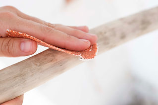 Sanding drift wood TEX MB | Photo by Paxi Fotografia