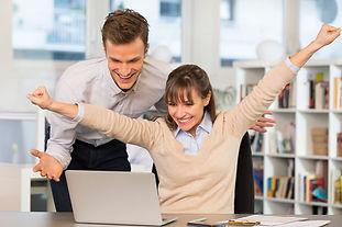 Clientes Felizes Notebook Homem e mulher
