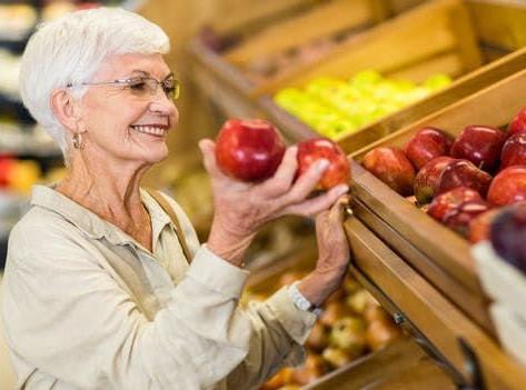 Importância da nutrição adequada em idosos para garantir eficácia da vacina da COVID-19.