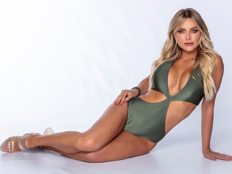 Thaíz Schmitt exibe boa forma em fotos para campanha de moda praia.