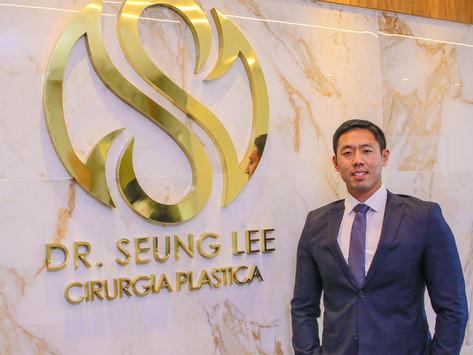 Dr. Seung Lee, especialista em cirurgia plástica e especialista em trazer de volta sua autoestima.