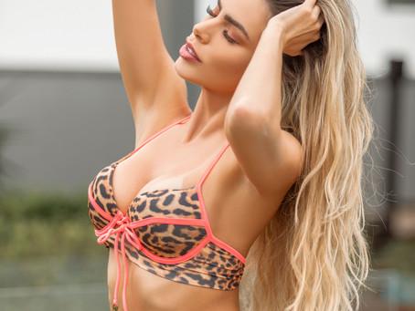 Erika Schneider, bailarina do Faustão, exibe suas belas curvas em ensaio de Biquíni.
