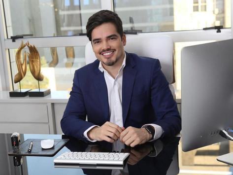 Dermatologista Fábio Gontijo explica funcionamento de aparelho que tem substituído idas à academia.