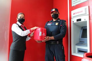 ¡Buenas noticias! Santander reconoce a policía que entregó billetes de 500