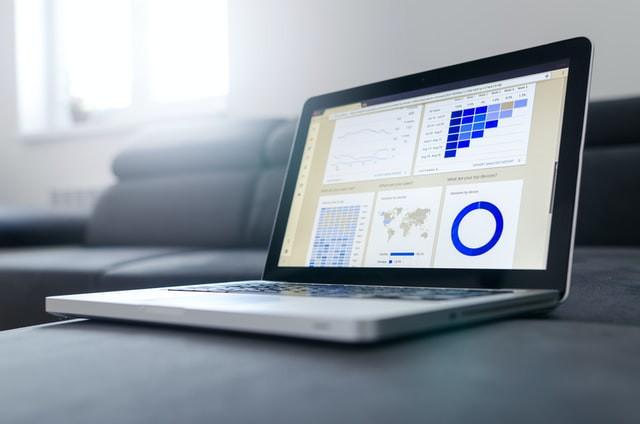notebook com gráficos na tela