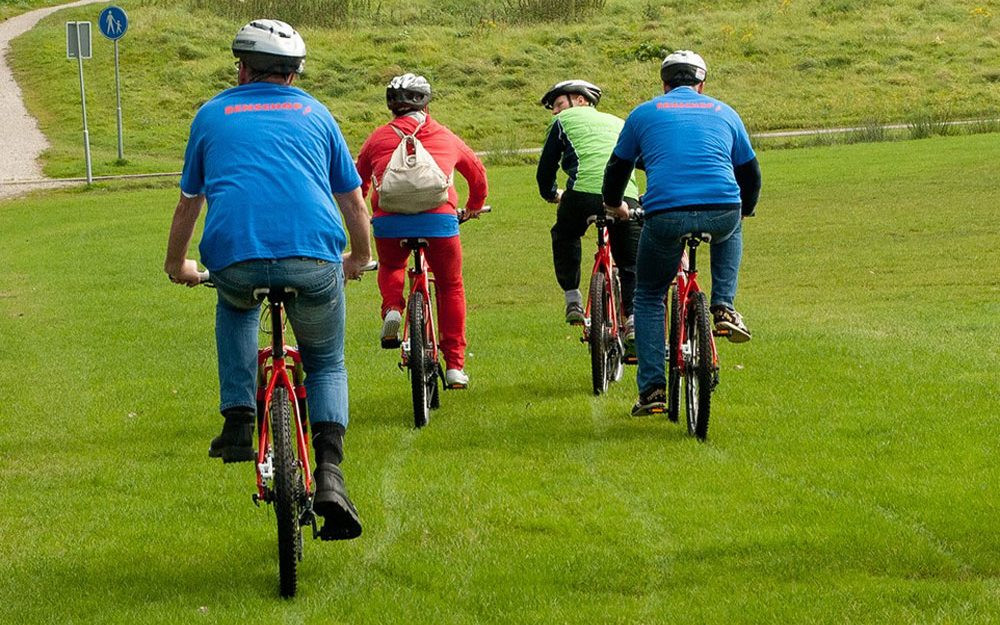 fietsers-door-het-gras-1600x674-1-1000x6