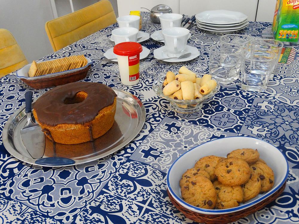 café com bolo e biscoitos