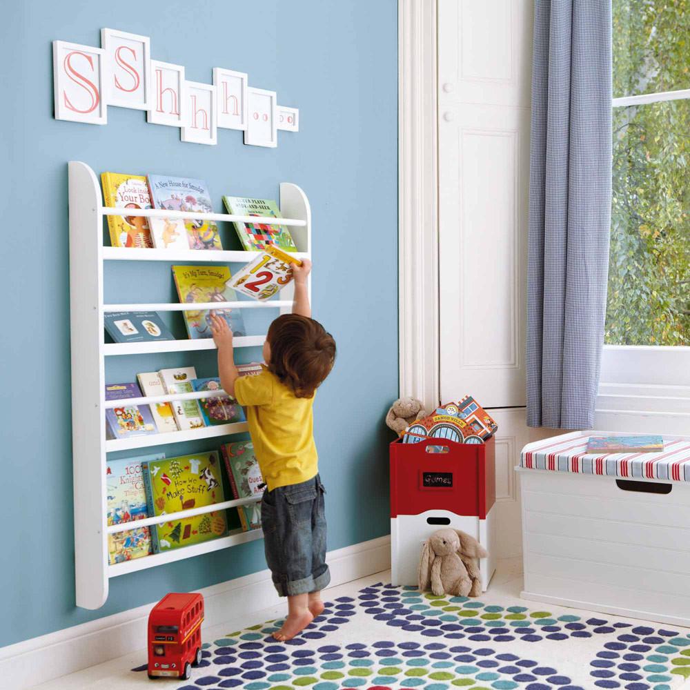prateleira de livros infantis